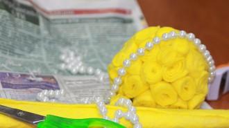 Молодые парламентарии под руководством опытных рукодельниц своими руками сделали открытку и букет цветов.