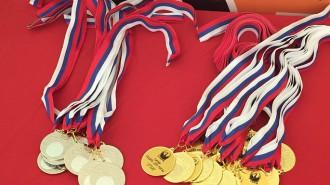по традиции все участники соревнований получив медаль, подарили ее вместе с цветами маме, в знак благодарности и уважения.
