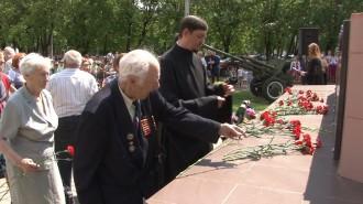 Цветы в память о погибших принесли десятки неравнодушных горожан, люди разных профессий и поколений, которых в этот день объединили память и благодарность.