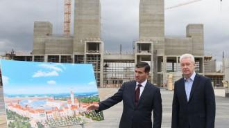 Член совета директоров компании-инвестора Амиран Муцоев (слева) рассказывает мэру Москвы Сергею Собянину об этапах строительства парка «Остров мечты».