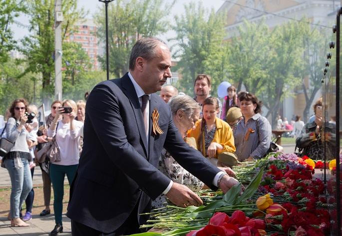 Глава г.о. Щербинка Александр Цыганков вместе с жителями возложил цветы к памятнику Воину-освободителю